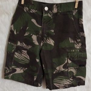 Boy's like new camo shorts size 8
